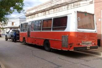 Mercadería en malas condiciones y trabajadores sin permiso para circular, a bordo de un viejo colectivo escolar