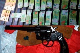 Un llamado anónimo los condujo hasta una bolsa con $60 mil y 2 armas