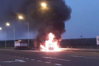 Un auto se incendió tras chocar con un camión en la Autovía Artigas: su conductor falleció