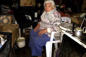 Duerme sobre tablas y su baño es un pozo: joven recurrió a las redes en busca de ayuda para Margarita