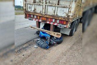 Accidente en la Autovía Artigas: una moto chocó con un camión con acoplado