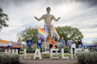"""Queja por banderas LGBTIQ+ en una plaza: """"Carecen de derechos de imponernos sus símbolos"""", dicen los detractores"""