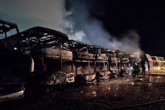 Ocho colectivos fueron consumidos por las llamas en un depósito en Concepción del Uruguay