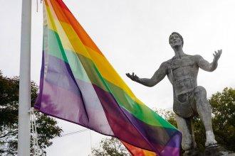 """Dispuestos a """"poner el amor y la igualdad por encima del odio"""", quienes colocaron banderas LGBTIQ+ responden a las críticas"""