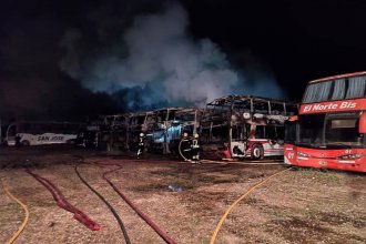 """Bomberos indicaron cómo apagaron el incendio que afectó a ocho colectivos: """"Estamos orgullosos de nuestro personal"""""""