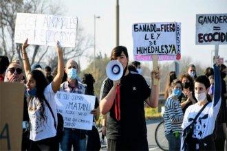 Cortaron el puente Victoria-Rosario para protestar por las quemas en el Delta