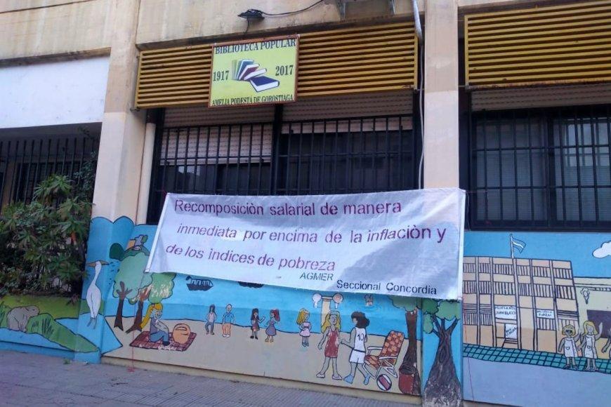 Cartel puesto en escuela Juan Blasco de Concordia.
