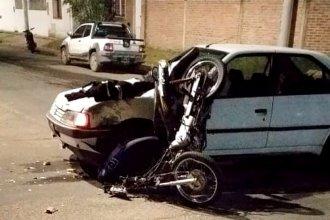 Violento impacto en una esquina de la ciudad: una moto quedó incrustada en un auto y su conductor salió despedido