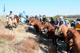 Bronca por los incendios en el Delta: En Rosario marcharon a pie y en bici; en Victoria, puesteros a caballo
