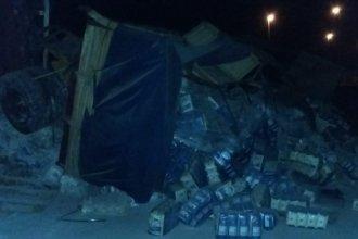 Accidente de camiones en la ruta: Uno terminó volcado y el otro despistó hacia el cantero