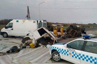 Impactantes imágenes: volcó un camión frente al puesto caminero de Ruta 26