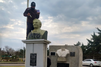 Busto de Kirchner, otra vez profanado en la costa del Uruguay: amaneció con pintadas