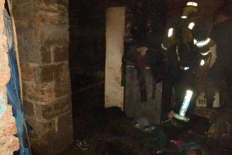 Prendió fuego su vivienda con su pareja y su hijo adentro: fue detenido