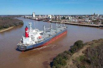 Arribó un buque al puerto de Concepción de Uruguay para cargar miles de toneladas de madera de pino