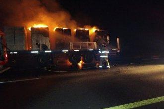 El incendio de un camión demandó la intervención de Bomberos de cuatro ciudades