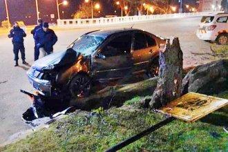Conducía a alta velocidad por la costanera y su auto terminó impactando contra un árbol
