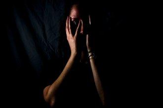 Apuñalado en el dormitorio, tras una pelea con su pareja: ella se habría defendido de sus golpes