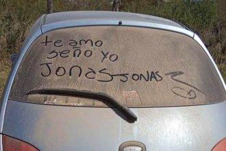 """Sin verla desde marzo, dejó un mensaje en el auto de su """"seño"""" y se volvió viral"""