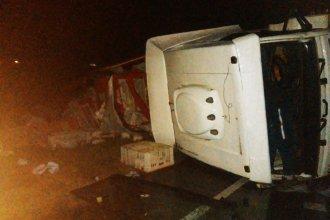 Se produjo un choque y vuelco de dos camiones: uno de los conductores se durmió