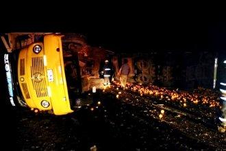 En medio de la noche, camionero entrerriano bañó la ruta de cítricos al sufrir un grave vuelco