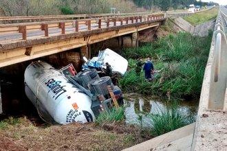 Transportaba gas butano, cayó desde un puente y obligó a cortar el tránsito en la autovía