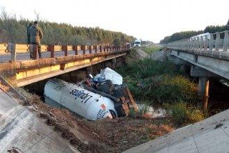 Siguen los trabajos en la zona donde volcó el camión que transportaba gas butano