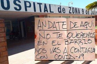 Puso un cartel anónimo en la casa del director de un hospital entrerriano, pero quedó registrado en las cámaras