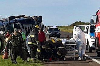 Bomberos rescataron a un camionero, que volcó cuando iba cargado de yerba mate por la autovía de la RN 14