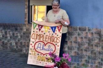 Respetando el distanciamiento, una familia le cantó el feliz cumpleaños a su abuela desde la vereda