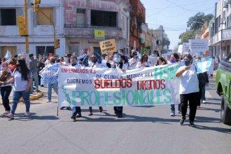 """""""Que el barbijo no apague nuestras voces, sueldos dignos ya"""", piden enfermeros que marchan a Casa Gris"""