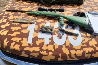 Lo detuvieron en un puesto de control y descubrieron que llevaba un fusil en el tanque de combustible