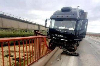 Por el accidente de un camión, el tránsito en la ruta está reducido