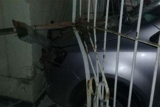 Luego de un violento impacto, un vehículo quedó incrustado en una casa