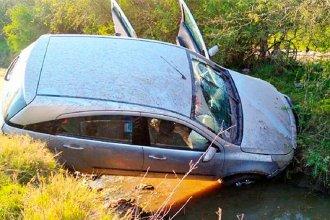Despistaron en un camino vecinal y el auto quedó colgado en un zanjón