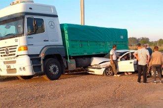 En un accidente múltiple, un auto quedó debajo de un camión: hospitalizaron a una mujer