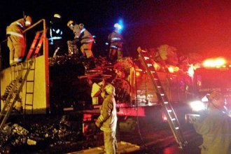 Sobre Ruta 14, bomberos combatieron las llamas que se produjeron en un semirremolque