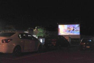 Con la proyección de dos películas, inauguraron el auto cine a la vera del río Gualeguaychú