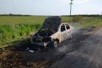 Un auto fue consumido por las llamas en plena ruta 14