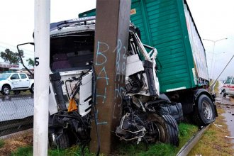 Por esquivar a un auto, camión terminó incrustándose contra una columna en Ruta 14