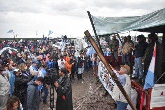 Bajo la lluvia y en vehículos, marcharon frente al campo de la familia Etchevehere