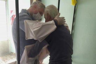 """""""Abrazos de cristal"""": Mampara adaptada permite el reencuentro de internos de un geriátrico con sus familias"""