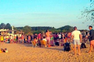 Sin barbijos ni distancia: jóvenes colmaron las playas de un tradicional balneario de la costa del Uruguay