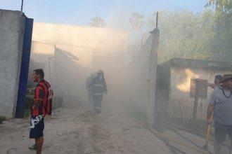 Hospitalizaron a cuatro bomberos tras combatir un importante incendio en un galpón