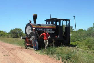Otra gesta para recuperar el ferrocarril: locomotora de 1928 avanza sobre la maleza que se adueñó de la vía