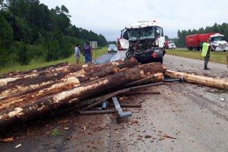 Camión embistió a otro y la cinta asfáltica quedó cubierta de palos