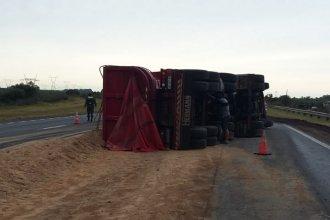 El vuelco de un camión sobre Ruta Nacional 12 dificultó el tránsito cerca de un acceso a la provincia