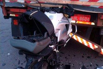 Viajaba en su moto por la ruta, chocó contra un camión y falleció