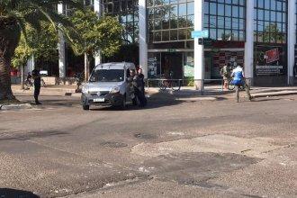 En el centro de la ciudad, se produjo un choque y vuelco: hospitalizaron a una persona
