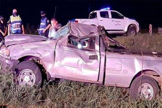 Tras un vuelco, dos jóvenes salieron despedidos de una camioneta y terminaron en el hospital con heridas graves