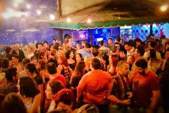 Un bar desafió el toque de queda sanitario de Fernández con un polémico mensaje